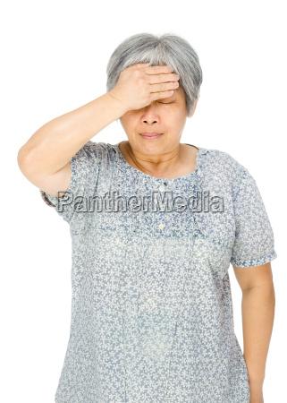 aeltere asiatische frau fuehle mich krank