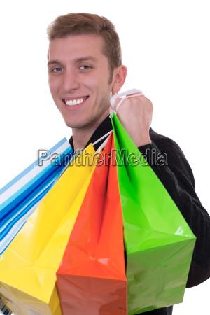 lachender mann beim einkaufen mit einkaufstaschen