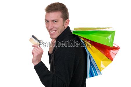 lachender mann beim shopping mit kreditkarte
