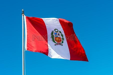 peruanische flagge in den peruanischen anden