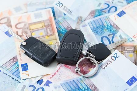 auto taste auf geld hintergrund