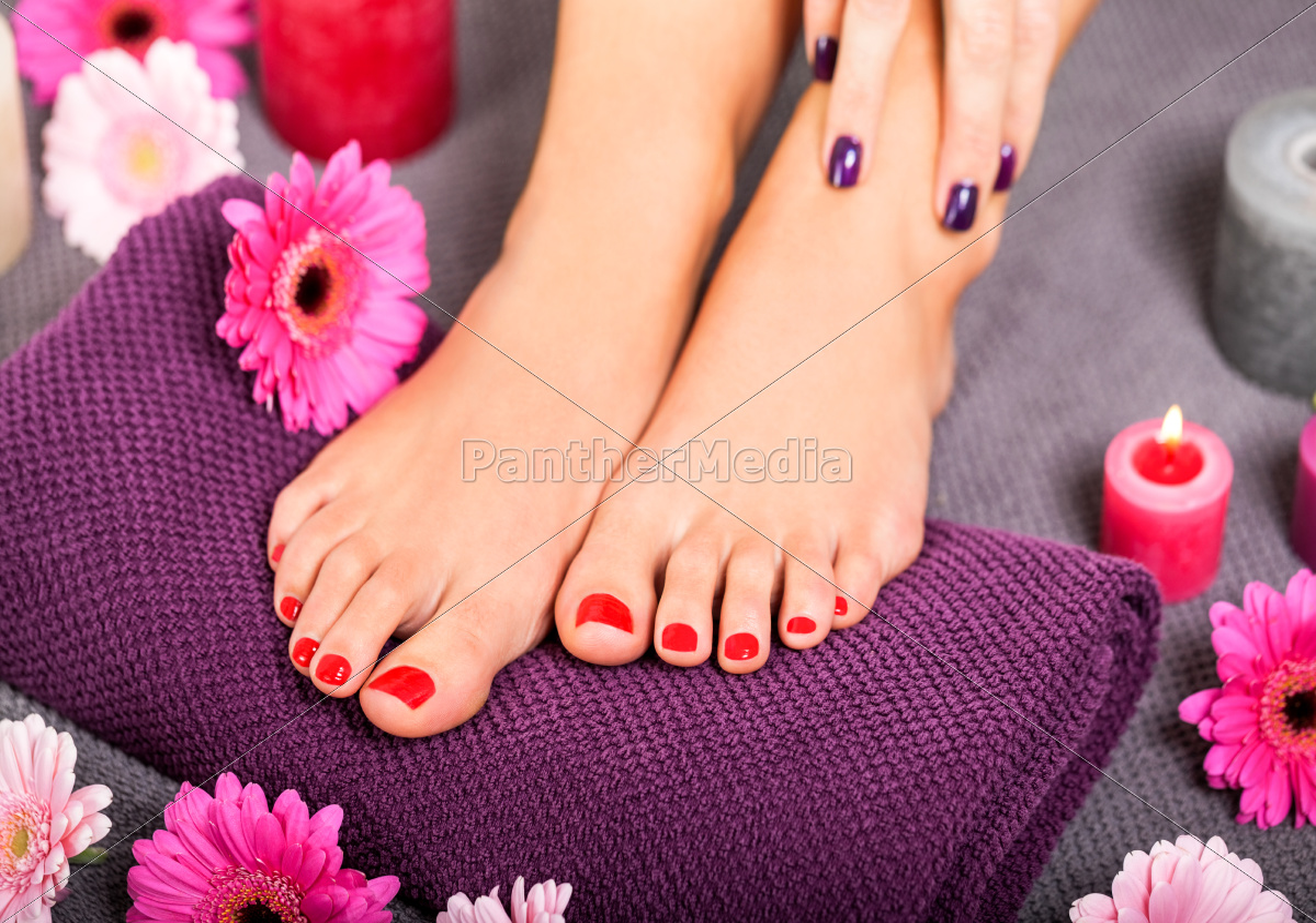 sch ne gepflegte weibliche f e mit rotem nagellack lizenzfreies foto 11113416. Black Bedroom Furniture Sets. Home Design Ideas