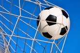 fussball treffer mit blauem himmel