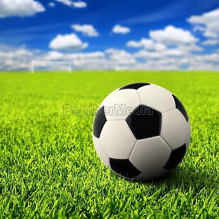 fussball auf freiem feld