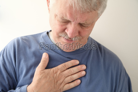 brustschmerzen bei aelteren menschen