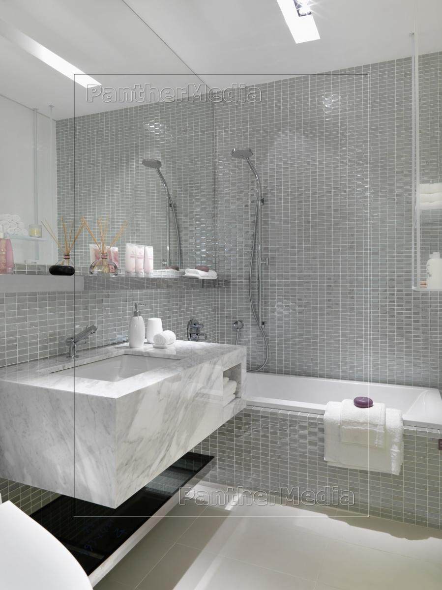 Moderne Silber Geflieste Badezimmer - Stockfoto - #11320359 ... Geflieste Badezimmer