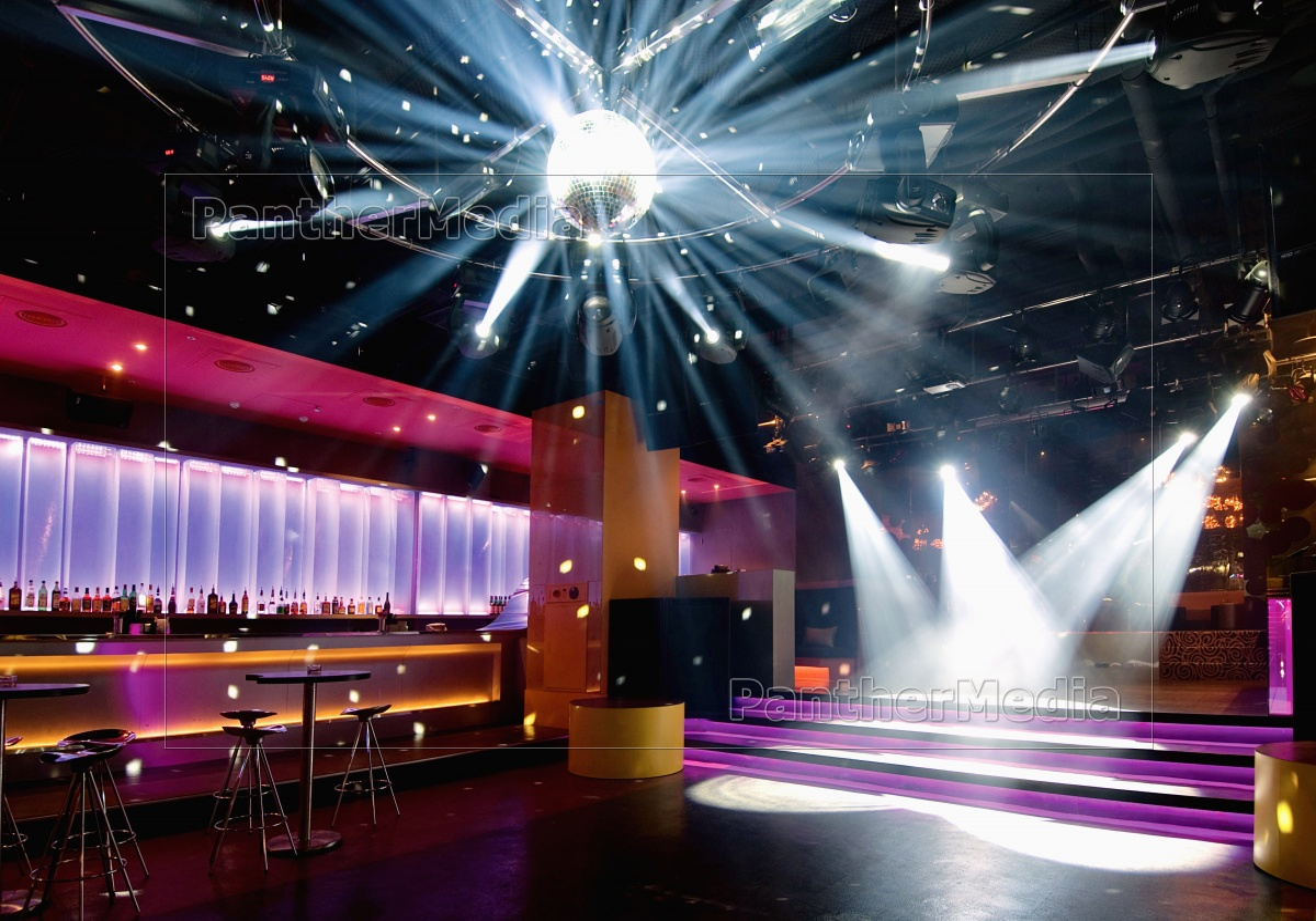 tanzfläche mit disco-kugel im nachtclub - lizenzfreies bild