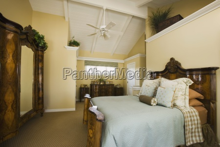 master schlafzimmer mit hohen decken