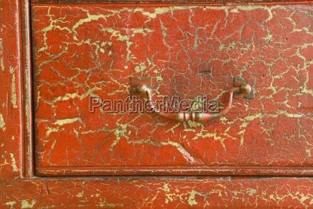 detail der gebrochenen roten schublade