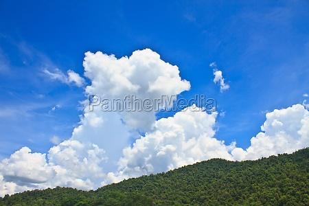 gruenen bergen und blauem himmel im