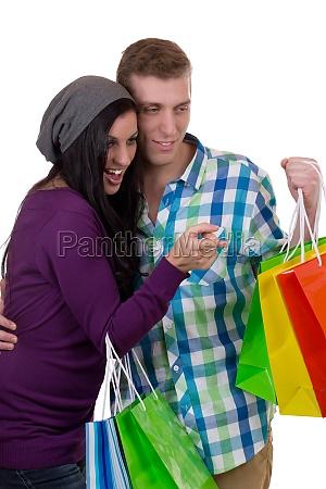 junges paerchen suchen etwas beim shopping
