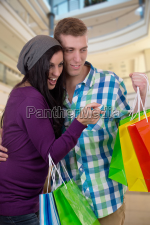 junges paerchen suchen etwas beim einkaufen