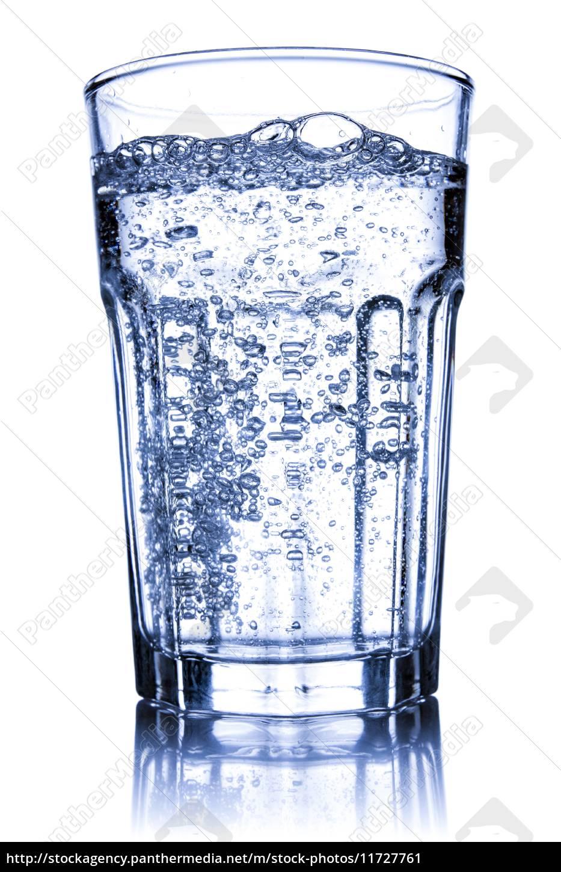 glas mit mineralwasser gef llt lizenzfreies bild. Black Bedroom Furniture Sets. Home Design Ideas