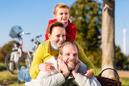 familie mit fahrrad im park im