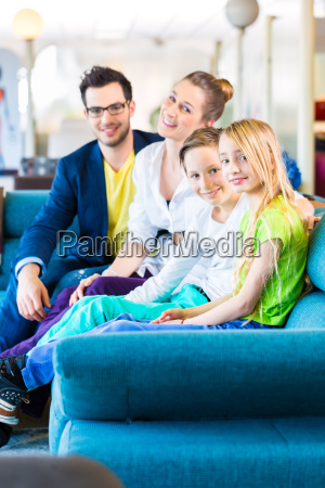 familie kauf couch im moebelgeschaeft