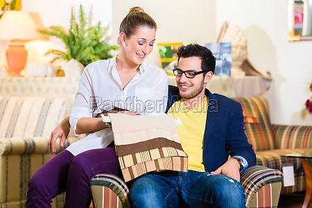 frau sessel lehnstuhl menschen leute personen