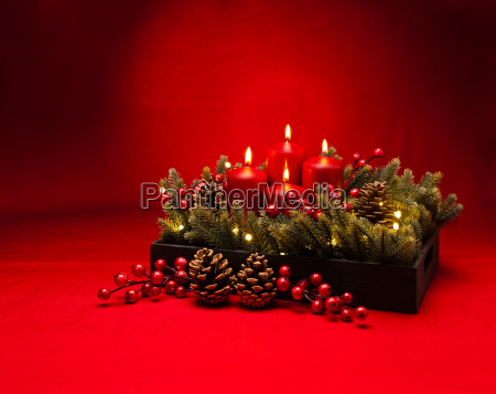 4 advent rote kerze blumenarrangement