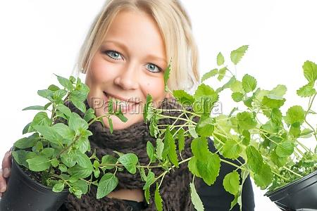blonde frau mit heilpflanzen