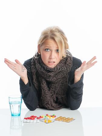 kranke blonde frau mit medikamente