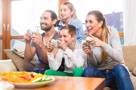 familie spielt zusammen videospiele