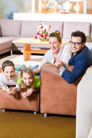 familie kauft couch in moebel geschaeft