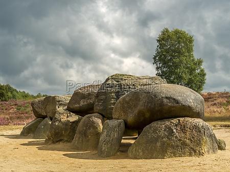 drastischer himmel ueber megalithen in drentheniederlande
