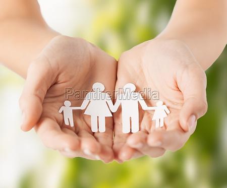 womans haende mit papier mann familie