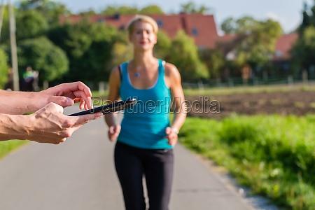 sportliches paar beim joggen auf dem