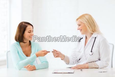 arzt tabletten im krankenhaus zu patient