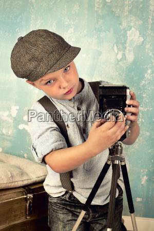 junge mit kamera retro look