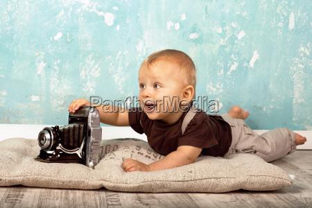 baby mit retro kamera