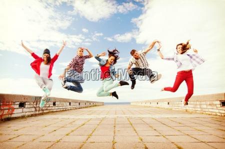 gruppe von jugendlichen springen