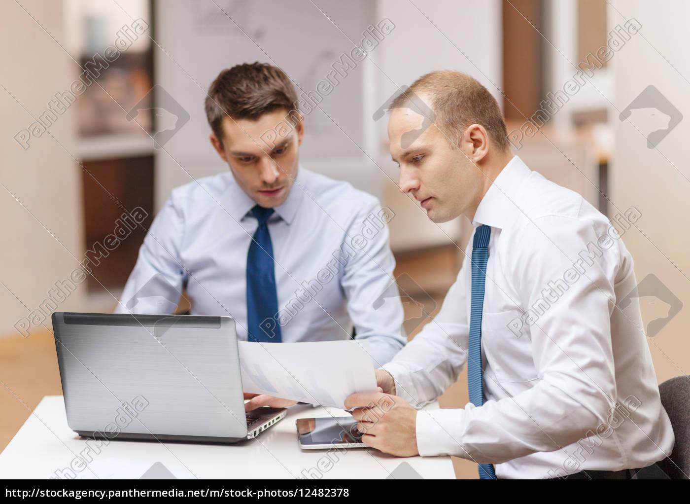 zwei, geschäftsleute, diskussion, im, amt - 12482378