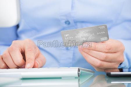 person, holding-kreditkarte, computer, benutzen - 12509238