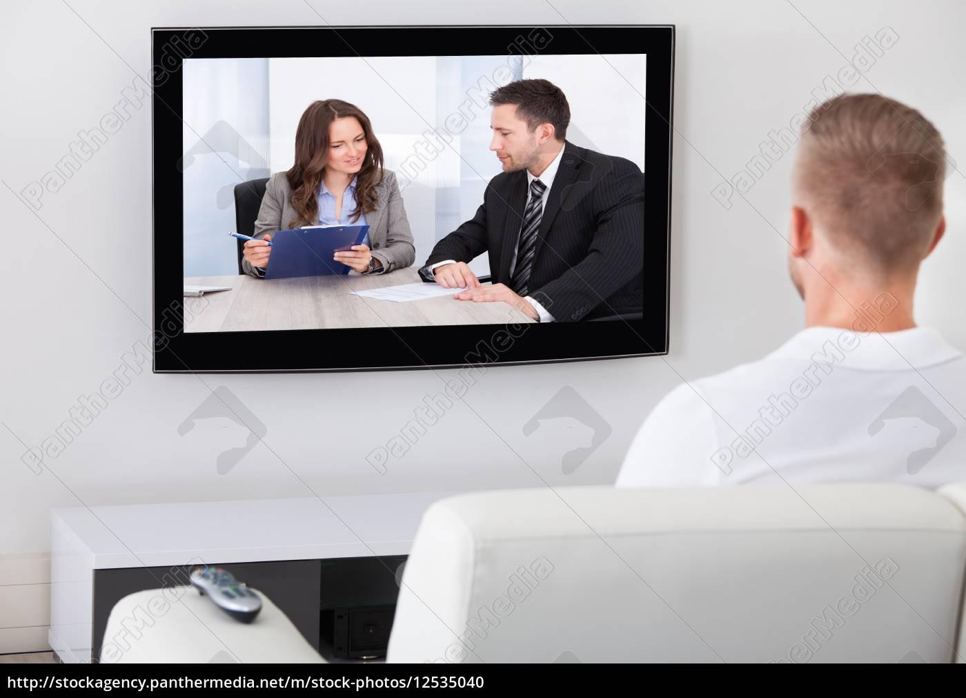man sitzt vor dem fernseher zu hause lizenzfreies foto 12535040 bildagentur panthermedia. Black Bedroom Furniture Sets. Home Design Ideas