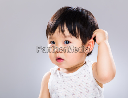 ueberrascht baby kopf kratzen