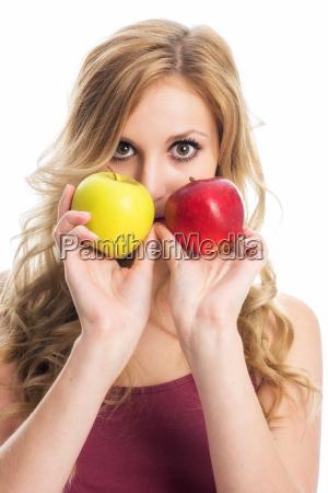 frau haelt aepfel