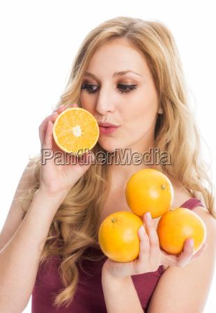 frau haelt orangen