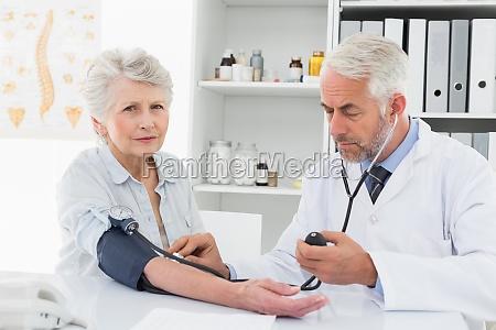 doktorder blutdruck seines patienten im ruhestand