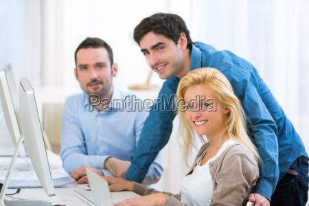 gruppe junge aktive menschen zusammenarbeiten