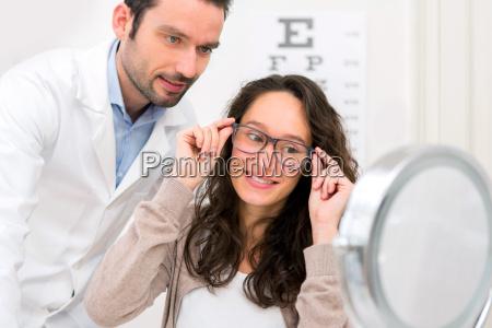 optiker helfeneine fraudie aus glaesern zu
