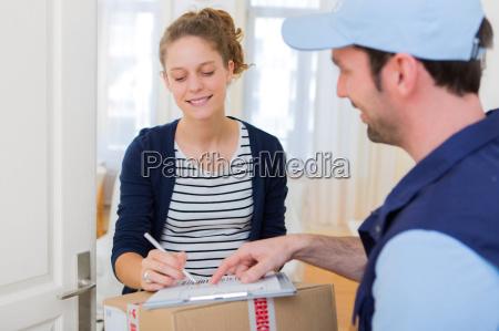 junge attraktive fraudie unterzeichnung nachnahme papier