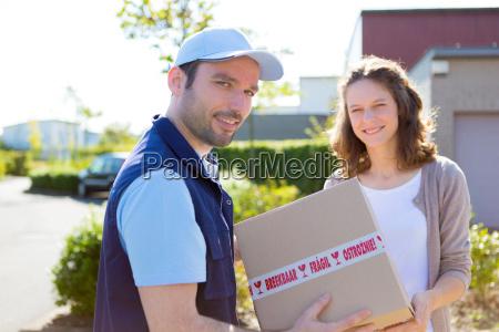 delivery man die uebergabe ein paket