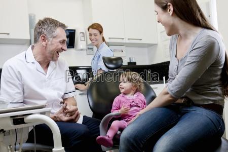 ein maennlicher zahnarzt mit einem kleinen