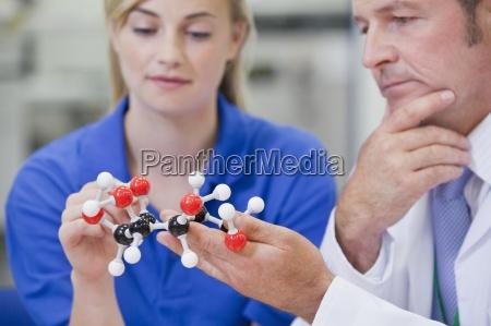 nahaufnahme von chemie ingenieure untersuchen molekulare