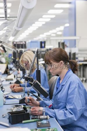 techniker, arbeiten, am, fließband, in, hallo-tech-elektronikwerk - 12915452