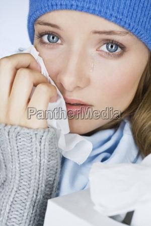 eine junge frau zu weinendie traenen