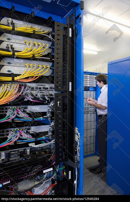 It techniker kontrolle netzwerk server lizenzfreies foto for Ict techniker