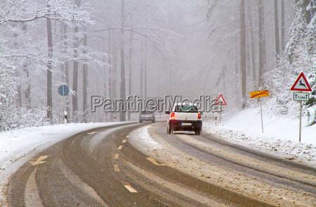 wintereinbruch verschneite strasse