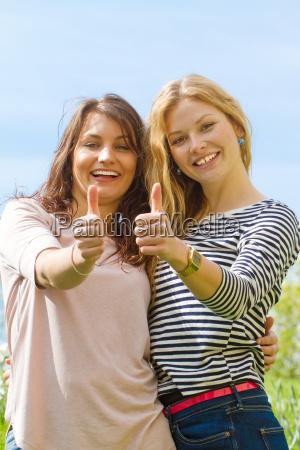 zwei junge frauen im fruehling mit